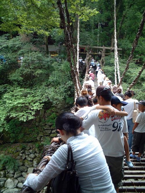 かずら橋を渡る人々